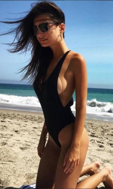 Seu look de praia, às vezes, é um maiô pretinho, mas nada básico Reprodução/ Instagram