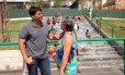 O candidato Pedro Paulo (PMDB) conversa com uma frequentadora do Parque Madureira