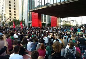 Manifestantes fazem jogral em frente ao MASP, em São Paulo Foto: Luiza Souto