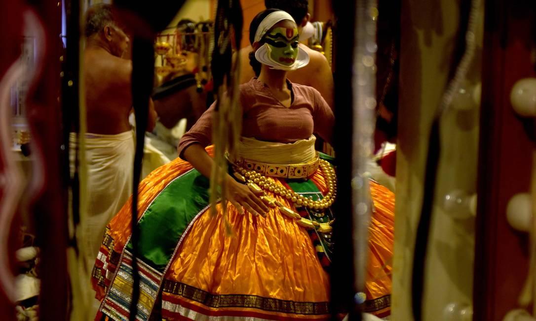 Artista indiana se prepara nos bastidores do festival cultural em Kalakshetra Art Village, em Chennai ARUN SANKAR / AFP