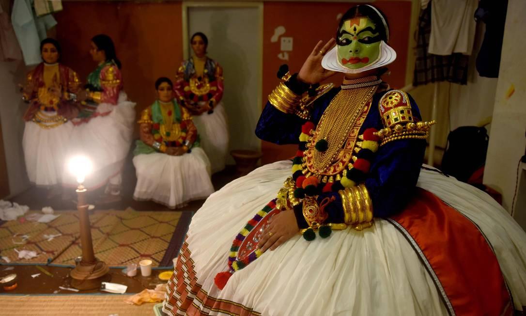O artistas indianos Kathakali é observado antes da sua apresentação no festival cultural em Kalakshetra Art Village, em Chennai ARUN SANKAR / AFP