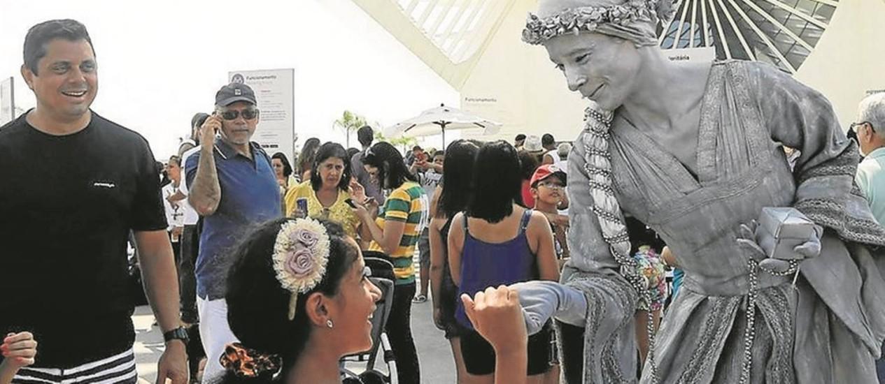 A artista Ana Paula Casares é a Julieta Prateada, que distribui frases inspiradoras Foto: Gabriel de Paiva