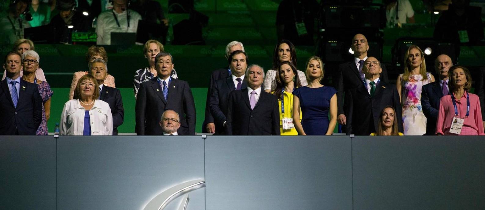 Sir Philip Craven, presidente do Comitê Paralímpico Internacional (sentado em cadeira de rodas), o presidente Michel Temer e a primeira-dama Marcela Temer na tribuna do Maracanã Foto: AL TIELEMANS FOR OIS/IOC / AFP