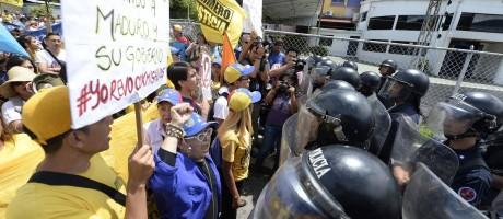 Ânimos acirrados. Manifestantes e policiais se encaram durante protesto contra o governo venezuelano em Merida. Oposição aumentou pressão sobre o CNE ontem Foto: FEDERICO PARRA/AFP