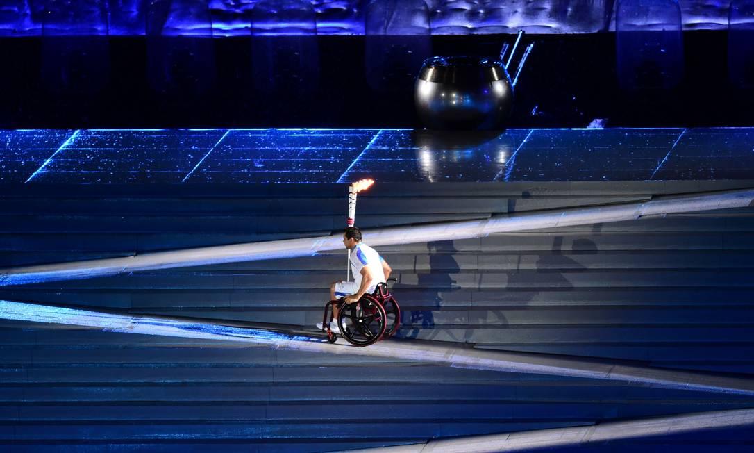 Clodoaldo Silva conduz a tocha paralímpica durante a cerimônia de abertura dos Jogos Paralímpicos TASSO MARCELO / AFP