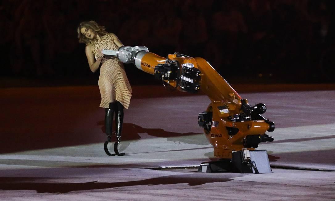 Amy Purdy dançou com um robô na cerimônia de abertura da Paralimpíada Agência O Globo