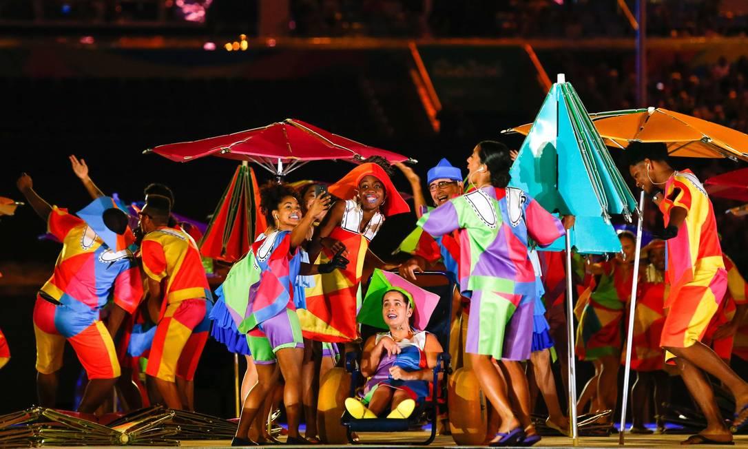 Bailarinos simulam uma selfie durante a cerimônia de abertura dos Jogos Agência O Globo