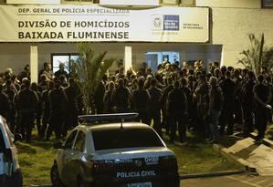 Policiais se reúnem na Delegacia de Homicídios antes de deflagrar operação que investiga crimes ligados a candidatos Foto: Alexandre Cassiano / Agência O Globo