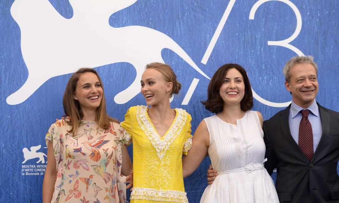Natalie Portman, Lily-Rose depp, a diretora Rebecca Zlotowski e o ator Emmanuel Salinger FILIPPO MONTEFORTE / AFP