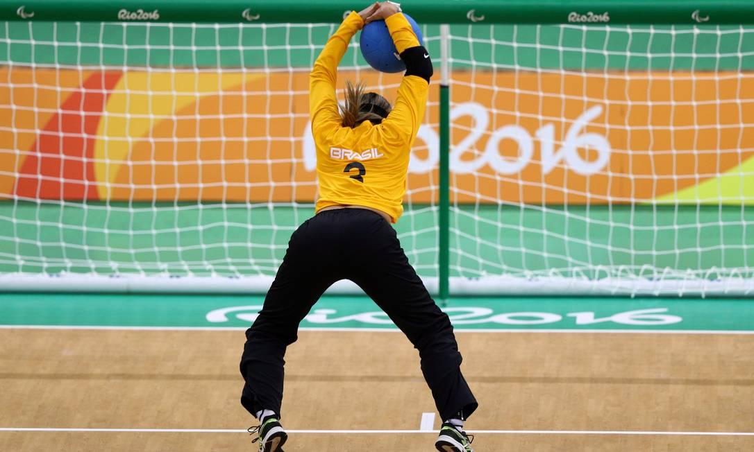 Paralimpiada Rio 2016. Primeiro dia de competição do Goalball feminino Brasil X EUA. Jogadora brasileira faz um arremesso de costas Pablo Jacob / Agência O Globo