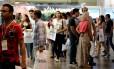 Futuros viajantes. Jovens participam de edição anterior do evento a procura de um pacote ideal