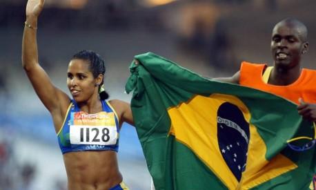 Vitória. Ádria Santos, a brasileira com o maior número de medalhas no atletismo paralímpico, vibra com a conquista do ouro nos Jogos de Atenas Foto: Louisa Gouliamaki 20/09/2004 / EFE