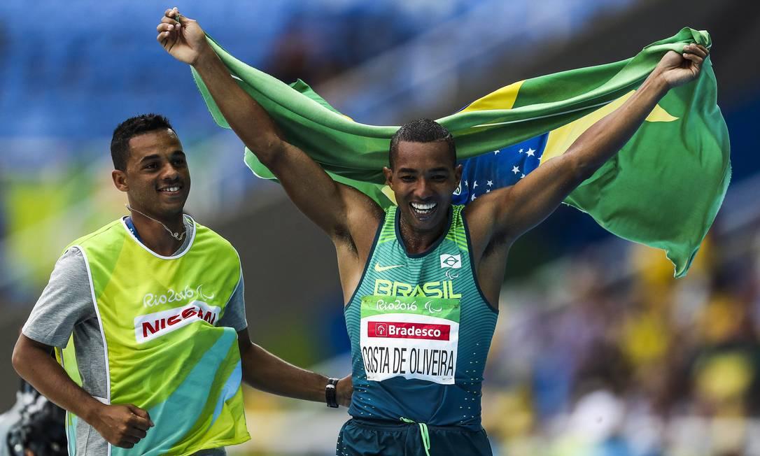 O atleta comemora ao levar a primeira medalha de ouro na Paralimpíada do Rio Guilherme Leporace / Agência O Globo