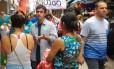 Marcelo Freixo (PSOL) conversa com eleitores em caminhada na Saara, centro de comércio popular do Rio