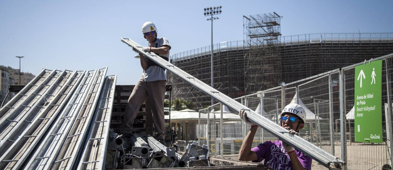 Desmontagem da arena olimpica de volei da Rio 2016 na praia de Copacabana começou com o fim da Olimpíada Foto: Hermes de Paula / Agência O Globo
