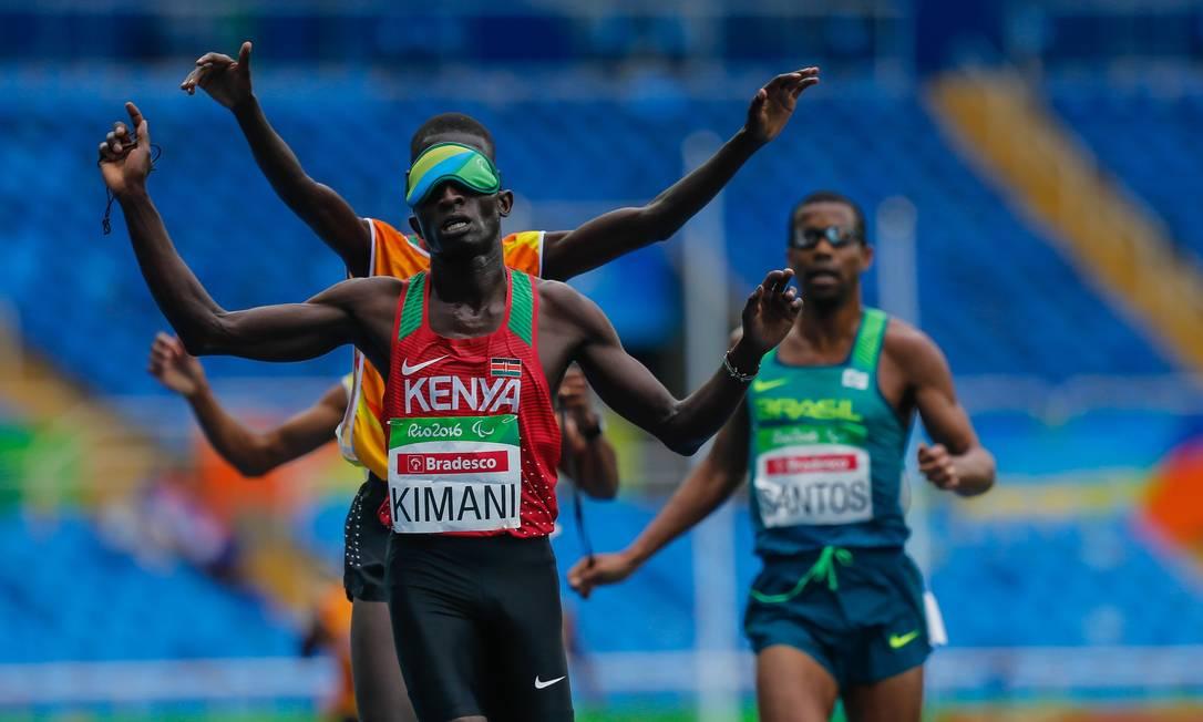 O queniano Kimani comemora a medalha de ouro nos 5000m Marcelo Regua / Agência O Globo