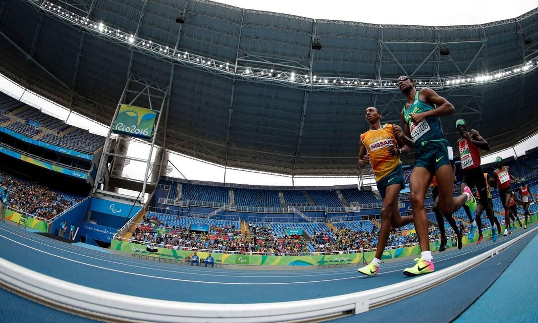 Odair Santos corre ao lado do guia Carlos Santos na prova dos 5000m rasos Washington Alves/Exemplus/COB / Agência O Globo