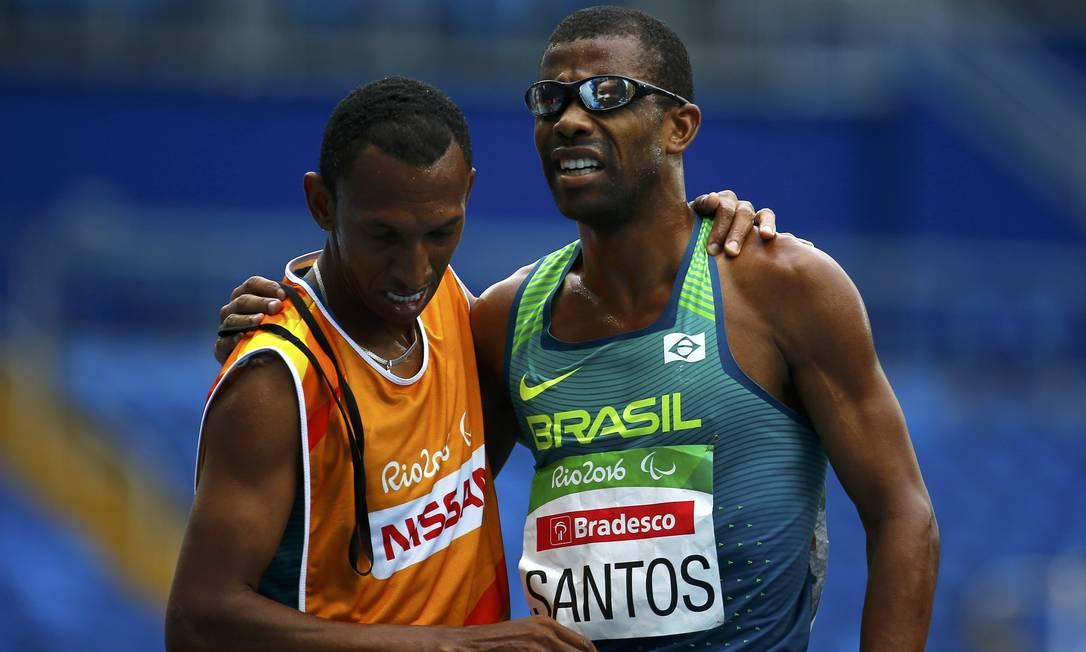 Odair Santos comemora a medalha ao lado de seu guia RICARDO MORAES / REUTERS