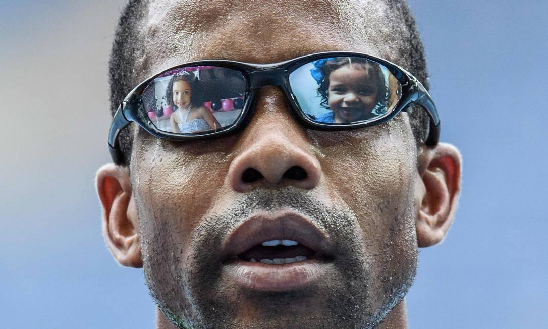 Odair Santos com fotos das filhas no óculos: medalha de prata para o Brasil nos 5000m, categoria T11, para deficientes visuais no atletismo YASUYOSHI CHIBA / AFP