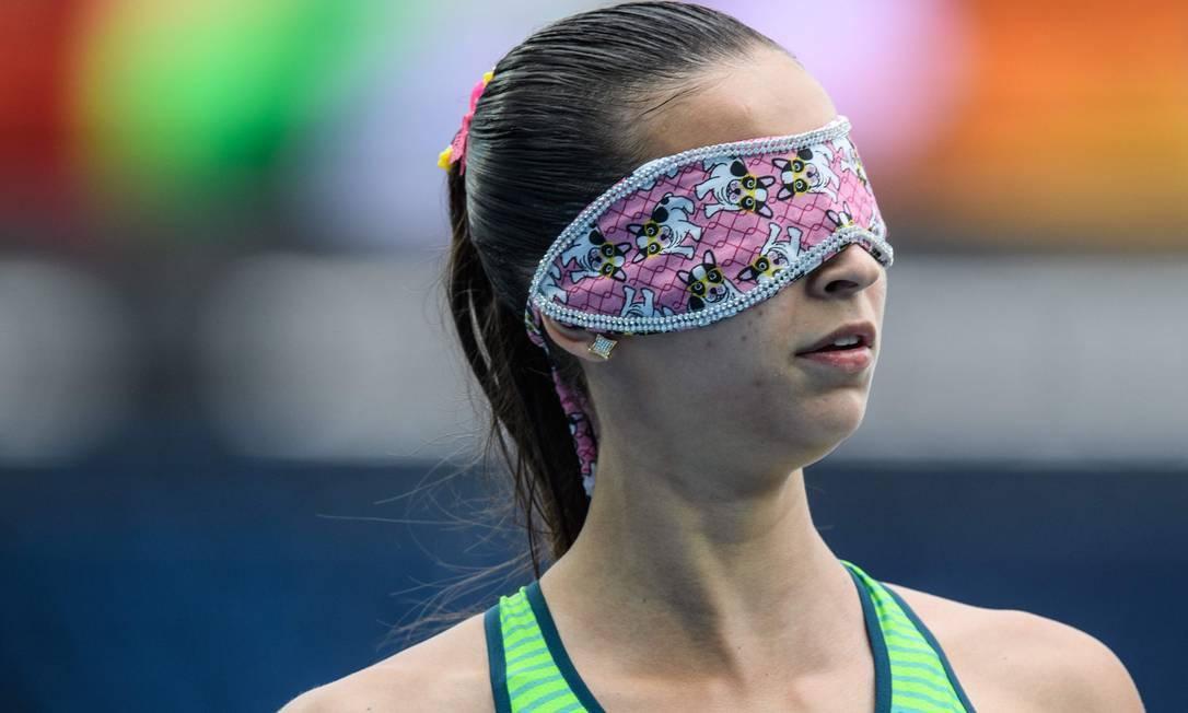 A brasileira Lorena Spoladore: venda delicada, com estampa de cachorrinho, no atletismo YASUYOSHI CHIBA / AFP