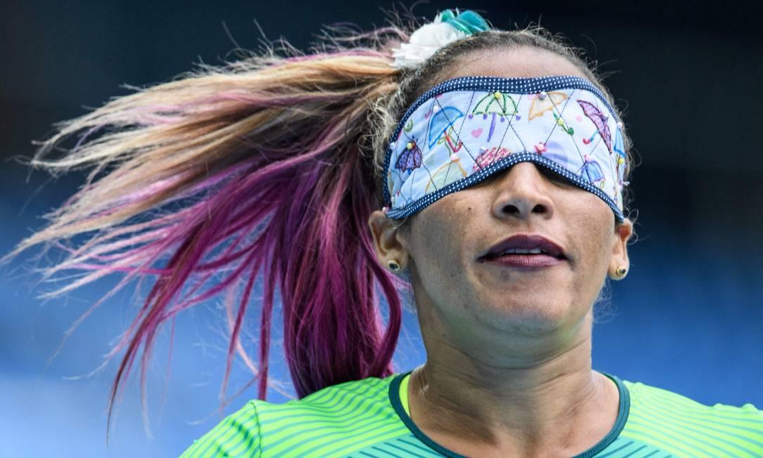 Terezinha Guilhermina dá um toque especial no cabelo e na venda que usa nos olhos: combinando um com a outra, inclusive YASUYOSHI CHIBA / AFP