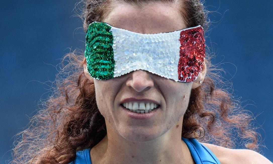Arjola Dedaj optou pelas cores do seu país, a Itália, para enfeitar a venda nos olhos YASUYOSHI CHIBA / AFP