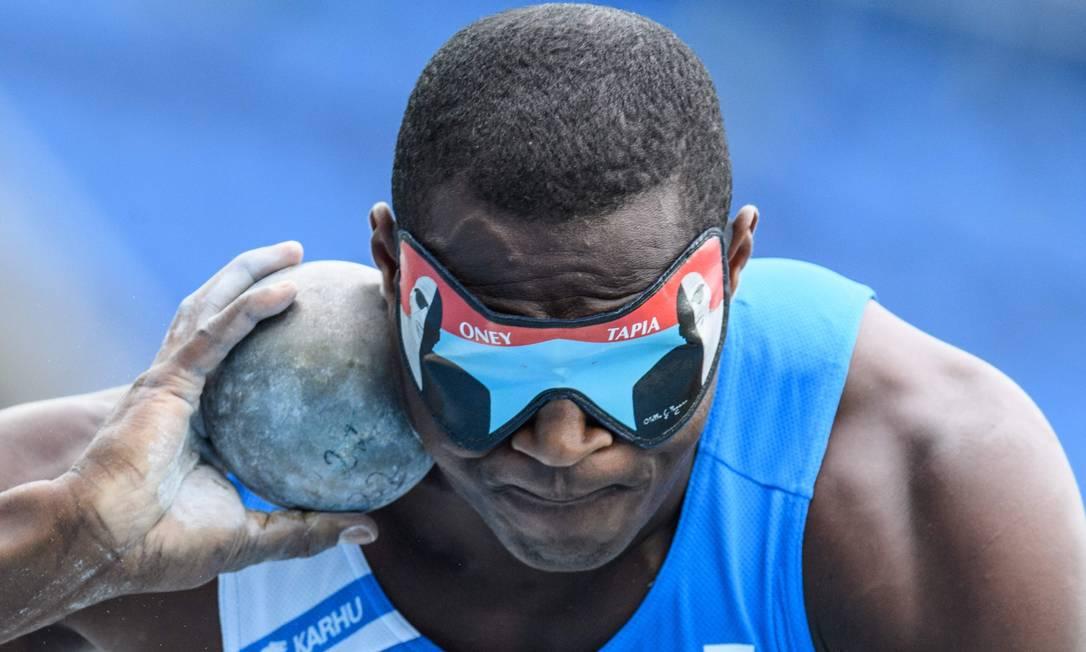 Oney Tapia, atleta da Itália, compete na final do arremesso de peso, categoria T12, para deficientes visuais YASUYOSHI CHIBA / AFP
