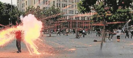 O momento em que Santiago é atingido pelo rojão: crime ocorreu em fevereiro de 2014 Foto: Domingos Peixoto