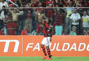 Fernandinho comemora o gol da vitória do Flamengo sobre a Ponte Preta. Jogador demorou a convencer Foto: Gilvan de Souza / Flamengo