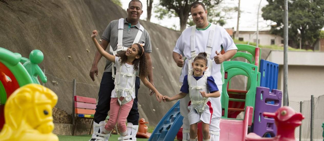 Nicole, de 9 anos, com o pai, Adriano Conceição; e Daniel, de 6 anos, com o pai, Fábio Gonçalves, em Nova Iguaçu Foto: Antonio Scorza / Agência O Globo