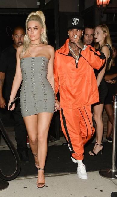 O último vestido foi um tomara-que-caia, que destacou ainda mais a sua silhueta. Ela usou ao lado do namorado, o rapper Tyga AKM-GSI