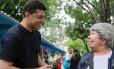 Indio da Costa faz caminhada e conversa com eleitores em Botafogo