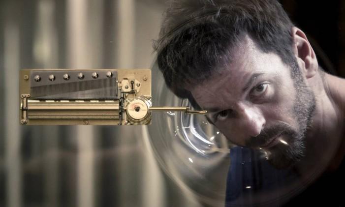 Anri Sala com a obra 'No window no cry (Olavo Redig de Campos)': artista trocou painel de vidro do IMS Foto: Leo Martins / Agência O Globo