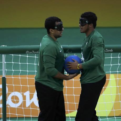 Romário (e) e Leomon preparam a jogada do Brasil Foto: RICARDO MORAES / REUTERS