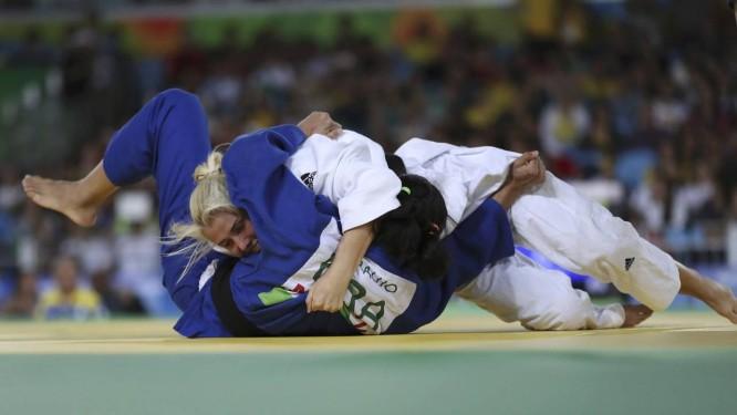 A ucraniana Inna Cherniak imobiliza a brasileira Lúcia Teixeira (de azul) e garante o ouro na categoria até 57 kg do judô na Paralimpíada do Rio Foto: UESLEI MARCELINO / REUTERS