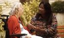 A cuidadora de idosos Silvana Coelho zela pela saúde de Maria Victoria Casagrande, de 82 anos, há dois anos Foto: Guilherme Leporace