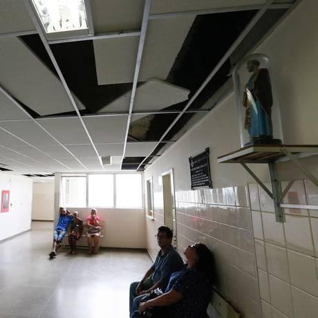 Espera. Saguão do Hospital Municipal Orêncio de Freitas, no Barreto: sindicato reclama de falta de manutenção Foto: Pablo Jacob / Pablo Jacob -17-12-2015