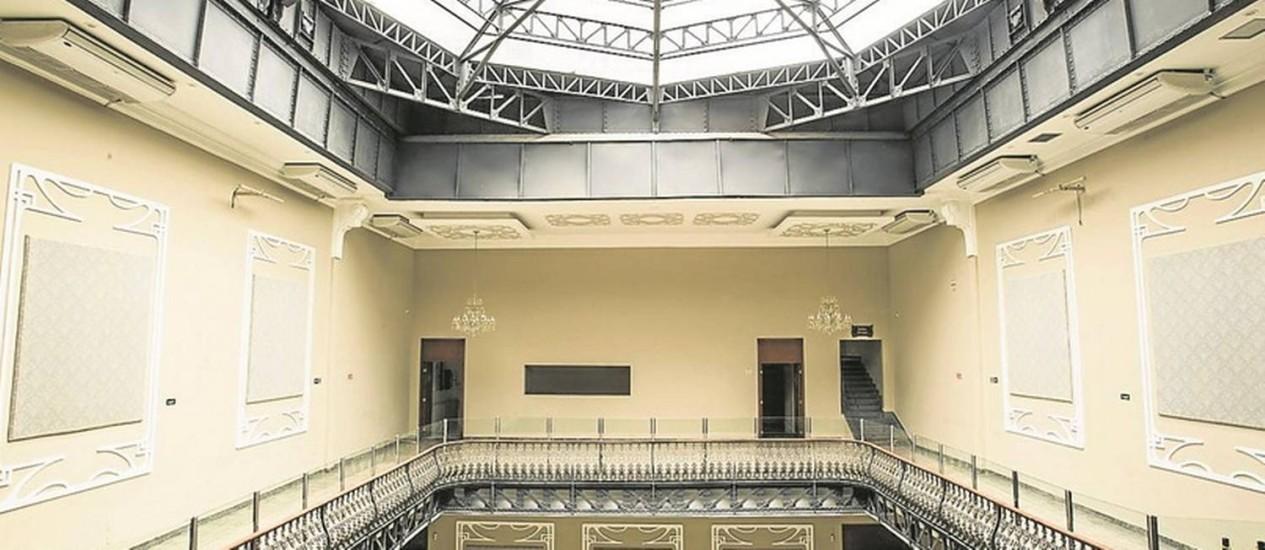 O espaço cultural Maison Leffié, que funciona desde novembro no antigo Cine Ideal: cobertura móvel de vidro foi mantida Foto: Bárbara Lopes