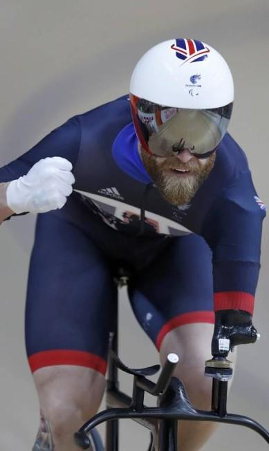 Jon-Allan Butterworth, da Grã-Bretanha, pedala em bicicleta adaptada para seu braço esquerdo amputado CARLOS GARCIA RAWLINS / REUTERS