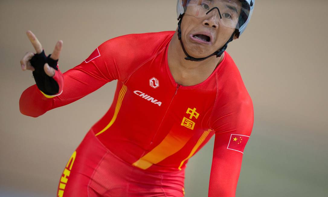 Zhangyu Li celebra após conquistar o ouro na classe C1, 3.000m da prova de perseguição Mauro Pimentel / AP