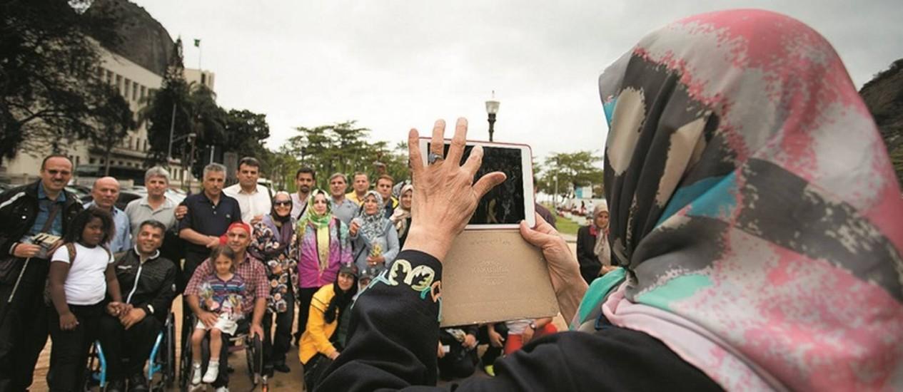 Grupo de iranianos faz foto junto à estação do bondinho do Pão de Açúcar. Eles estão sendo ciceroneados pelo ex-jogador do Vasco Felipe Alves, que já jogou no Irã Foto: Márcia Foletto