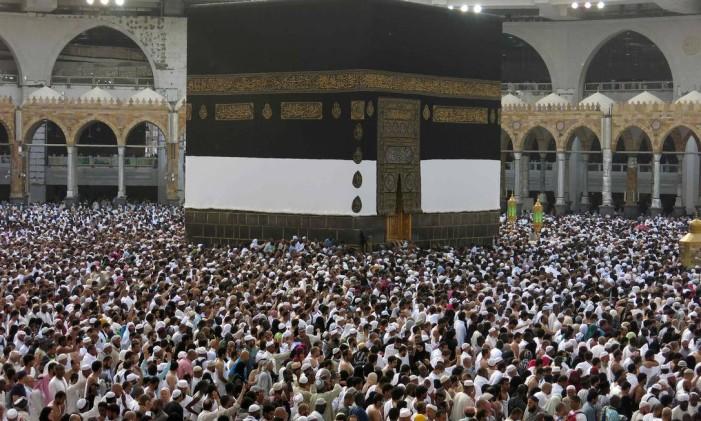 Peregrinos muçulmanos de todo o mundo se reúnem na Grande Mesquita de Meca Foto: AHMAD GHARABLI / AFP