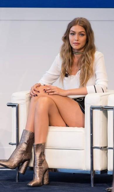 Comprovando que beleza faz parte do DNA da família Hadid: Gigi no lançamento da coleção que criou em parceria com Tommy Hilfiger Michael Zorn / Michael Zorn/Invision/AP