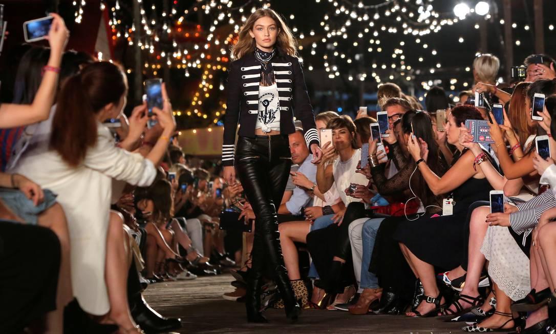 O sucesso de Gigi Hadid na passarela de Tommy Hilfiger - ela desenhou uma coleção com o estilista ANDREW KELLY / REUTERS