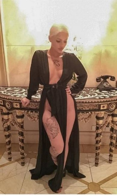 """Foi uma ousadia só a festa da revista """"Harper's Bazaar"""" americana na noite desta sexta-feira, durante a semana de moda de Nova York. Mas ninguém chamou mais atenção do que a modelo Amina Blue, que usou um pretinho supersexy. O vestido deixava pouco para a imaginação, revelando, inclusive, a ausência de lingerie Reprodução/ Instagram"""