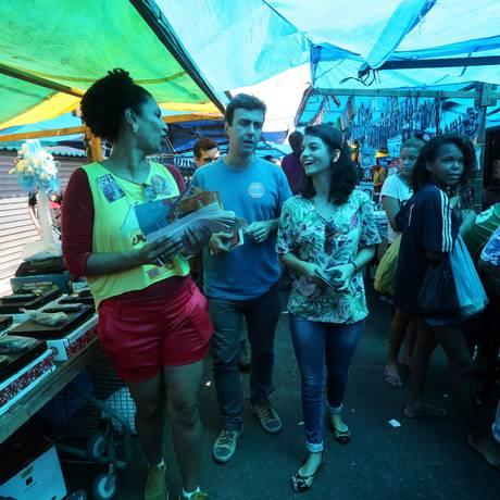Marcelo Freixo (PSOL) faz campanha no Complexo da Maré acompanhado pela filha, Isadora, e pela candidata a vereadora Marielle Franco Foto: Custódio Coimbra / O Globo