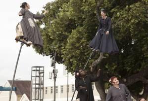 Atrizes fazem acrobacias a sete metros de altura Foto: Bia Guedes / Agência O Globo
