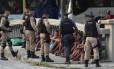 Jovens são abordados por agentes da Guarda e da PM no Centro
