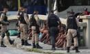 Jovens são abordados por agentes da Guarda e da PM no Centro Foto: Agência O Globo / Marcos Alves/9-3-2016