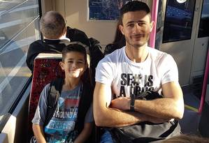 Novo futuro. Ghaith, ao lado do irmão mais velho, Salah, a caminho de sua nova escola: os dois vivem juntos num conjunto habitacional Foto: Adriana Carranca